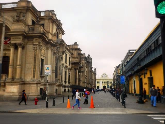リマのアルマス広場、旧市街に立って